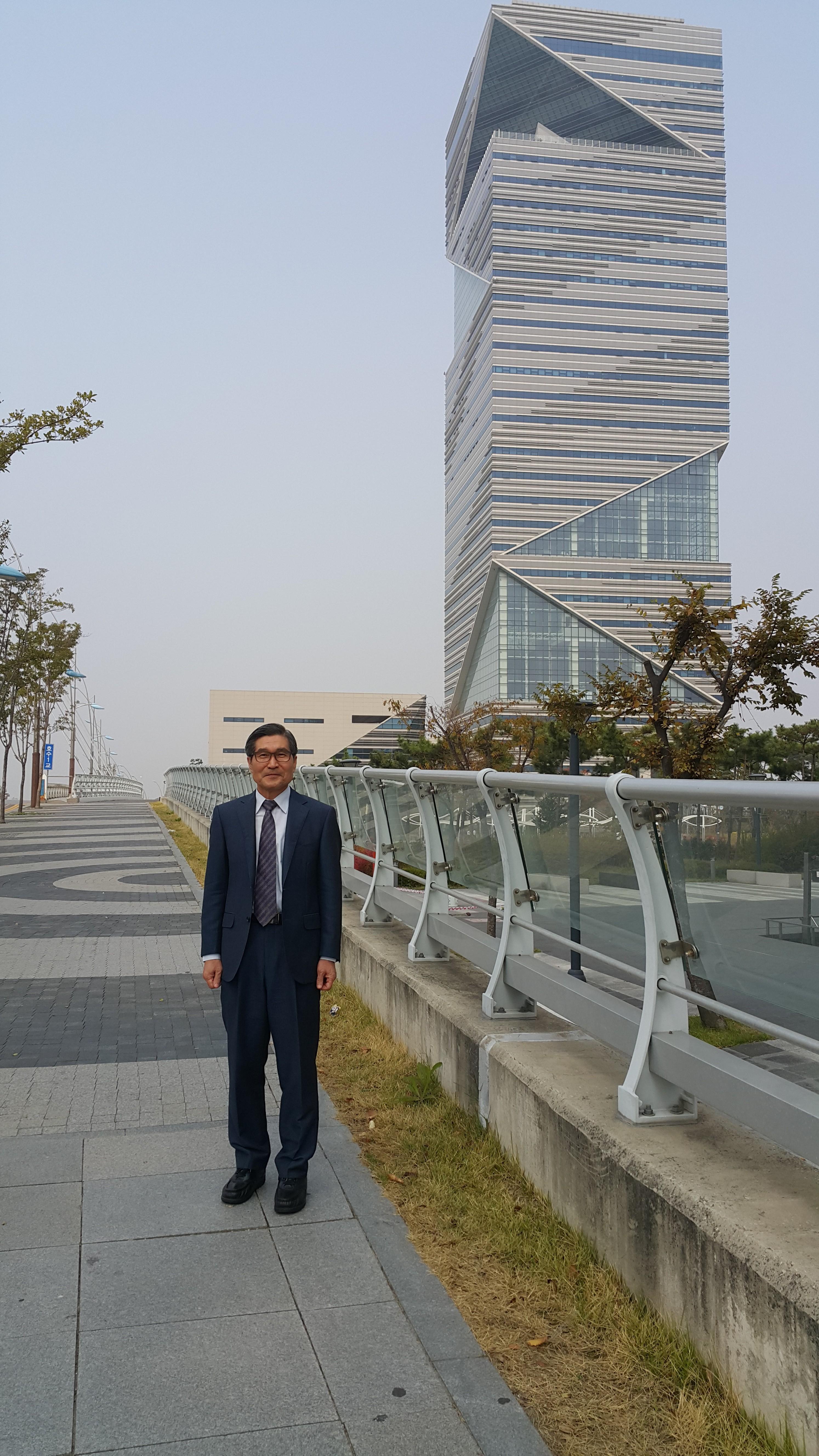 인천 송도 UN빌딩 앞에서.jpg
